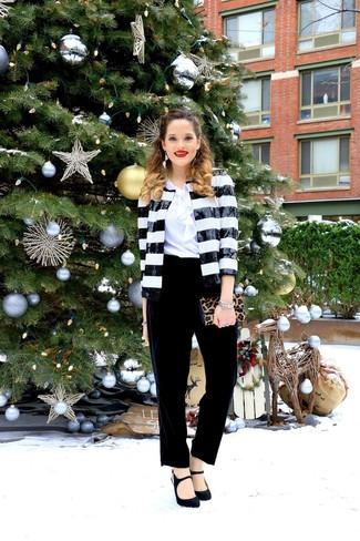 Как и с чем носить: черно-белый пиджак с пайетками, белая блуза с коротким рукавом с рюшами, черные бархатные брюки-галифе, черные замшевые туфли