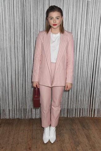 Как и с чем носить: розовый пиджак в вертикальную полоску, белая блуза с коротким рукавом, розовые брюки-галифе в вертикальную полоску, белые кожаные ботильоны