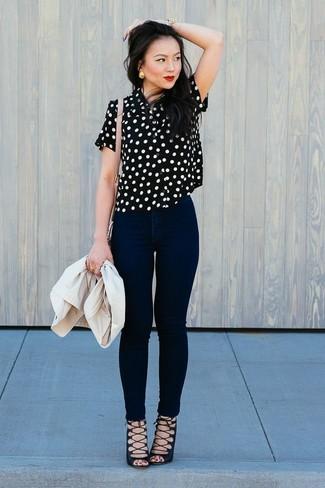 Как и с чем носить: бежевый пиджак, черно-белая блуза с коротким рукавом в горошек, черные джинсы скинни, черные замшевые гладиаторы