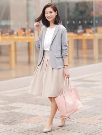 Как и с чем носить: серый вязаный пиджак, белая блуза с коротким рукавом, бежевая пышная юбка, серые замшевые туфли