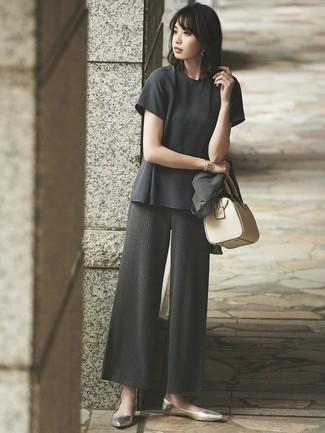 Как и с чем носить: темно-серый пиджак, темно-серая блуза с коротким рукавом, темно-серые вязаные широкие брюки, золотые кожаные балетки