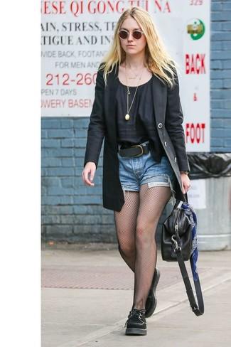 Как и с чем носить: черный пиджак, черная блуза с коротким рукавом, синие джинсовые шорты, черные замшевые оксфорды