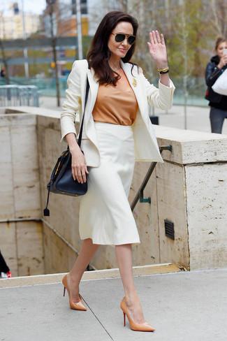 Как и с чем носить: белый пиджак, светло-коричневая блуза с коротким рукавом, белая юбка-карандаш, светло-коричневые кожаные туфли