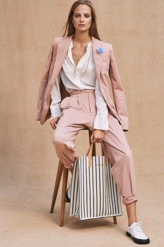 Как и с чем носить: розовый пиджак, белая блузка с длинным рукавом, розовые брюки-галифе, бело-черные кожаные низкие кеды