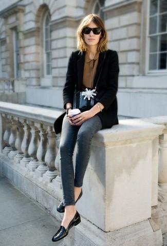 """Сочетание коричневой блузки и серых джинсов скинни позволит создать ощущение """"элегантной свободы"""". Любительницы экспериментировать могут завершить образ черными кожаными лоферами, тем самым добавив в него немного классики."""