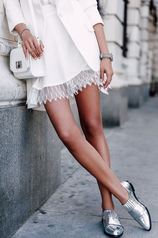 Как и с чем носить: белый пиджак, белая шелковая блузка с длинным рукавом, белая кружевная короткая юбка-солнце, серебряные кожаные лоферы