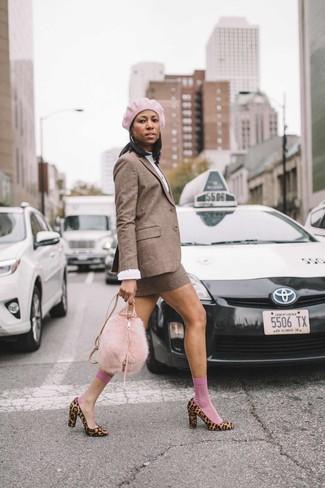 Как и с чем носить: коричневый шерстяной пиджак в клетку, белая блузка с длинным рукавом, коричневая шерстяная мини-юбка в клетку, светло-коричневые туфли из ворса пони с леопардовым принтом