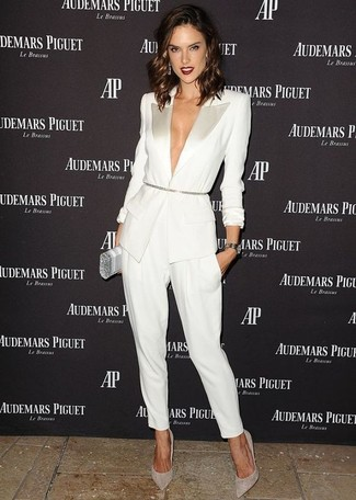 Как и с чем носить: белый пиджак, белые брюки-галифе, серые замшевые туфли, серебряный клатч