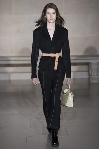 Как и с чем носить: черный пиджак, черные брюки-клеш, черные кожаные ботильоны, бежевая кожаная сумка-саквояж
