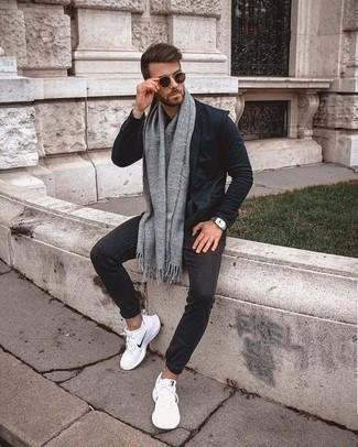 Темно-синий пиджак: с чем носить и как сочетать мужчине: Сочетание темно-синего пиджака и темно-серых брюк чинос подойдет для свидания с подругой или похода в бар с друзьями. Этот образ выгодно закончат белые кроссовки.