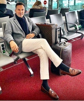 Коричневые кожаные лоферы: с чем носить и как сочетать мужчине: Сочетание серого шерстяного пиджака и белых брюк чинос выглядит бесподобно, согласен? Хотел бы сделать образ немного элегантнее? Тогда в качестве обуви к этому луку, обрати внимание на коричневые кожаные лоферы.