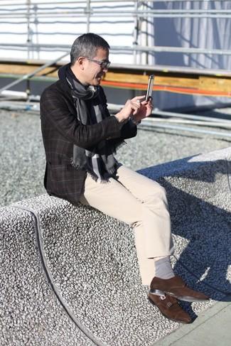 Как и с чем носить: темно-коричневый шерстяной пиджак в клетку, бежевые брюки чинос, темно-коричневые замшевые монки с двумя ремешками, темно-серый шарф
