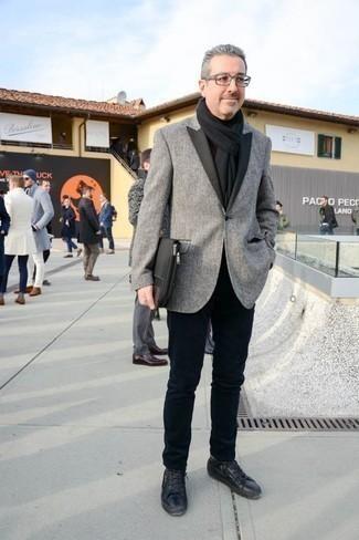 Черный шарф: с чем носить и как сочетать мужчине: Если в одежде ты ценишь удобство и функциональность, серый пиджак и черный шарф — превосходный вариант для привлекательного мужского образа на каждый день. Сбалансировать лук и добавить в него чуточку классики помогут черные кожаные низкие кеды.
