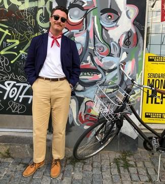 Как и с чем носить: темно-синий хлопковый пиджак, светло-коричневые брюки чинос, светло-коричневые кожаные топсайдеры, красная бандана