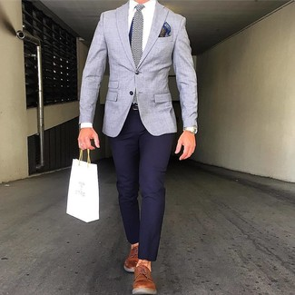 """Как и с чем носить: серый пиджак, темно-синие брюки чинос, табачные кожаные туфли дерби, темно-синий шелковый галстук с узором """"в ёлочку"""""""