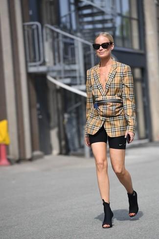 Как и с чем носить: светло-коричневый пиджак в шотландскую клетку, черные велосипедки, черные ботильоны на резинке, светло-коричневая поясная сумка в шотландскую клетку