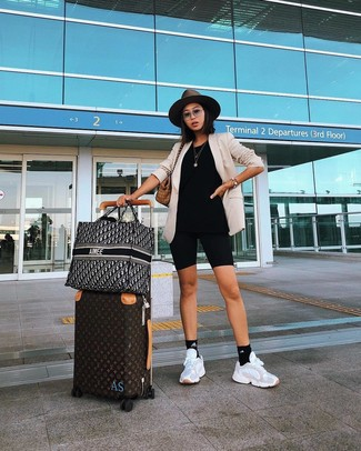 Как и с чем носить: бежевый пиджак, черные велосипедки, белые кроссовки, светло-коричневая большая сумка из плотной ткани в шотландскую клетку