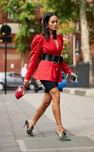 Как и с чем носить: красный пиджак, черные велосипедки, темно-зеленые сатиновые сабо с украшением, красная кожаная сумочка