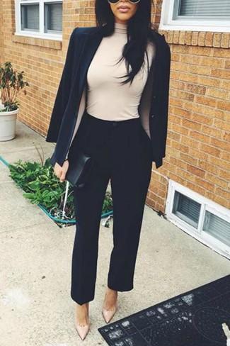 Как и с чем носить: черный пиджак, бежевая водолазка, черные брюки-галифе, бежевые кожаные туфли