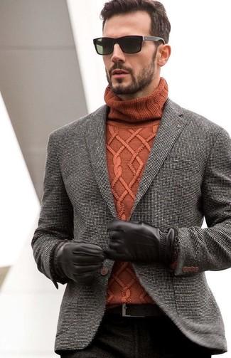 Модный лук: черно-белый твидовый пиджак, табачная вязаная водолазка, черные брюки чинос, темно-коричневый кожаный ремень