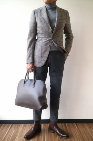 Как и с чем носить: серый шерстяной пиджак, серая водолазка, темно-серые брюки чинос, темно-коричневые кожаные ботинки челси