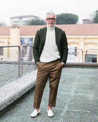 Как и с чем носить: темно-зеленый шерстяной пиджак, белая водолазка, коричневые брюки чинос, белые кожаные лоферы с кисточками