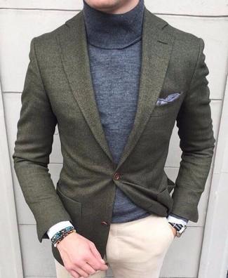 Как и с чем носить: оливковый шерстяной пиджак, серая водолазка, бежевые брюки чинос, серый нагрудный платок