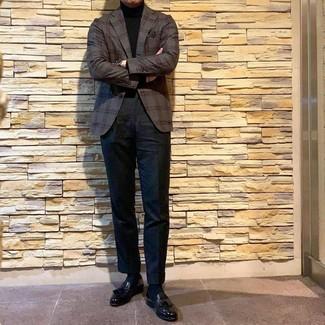 Как и с чем носить: темно-серый пиджак в шотландскую клетку, черная водолазка, черные брюки чинос, черные кожаные лоферы с кисточками