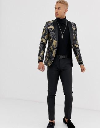 Как и с чем носить: черный пиджак из парчи, черная водолазка, черные брюки чинос, черные замшевые лоферы с кисточками