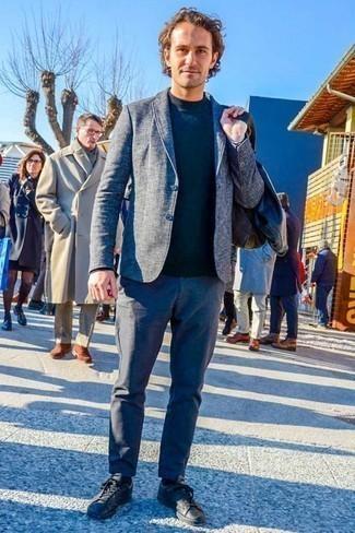 Модные мужские луки 2020 фото осень 2020: Создав ансамбль из синего пиджака и синих брюк чинос, получим классный мужской ансамбль для полуформальных встреч после работы. Любишь дерзкие сочетания? Можешь завершить свой ансамбль черными кожаными низкими кедами. Как нам кажется, это классное решение для межсезонного периода, когда погода станет менее благоприятной.
