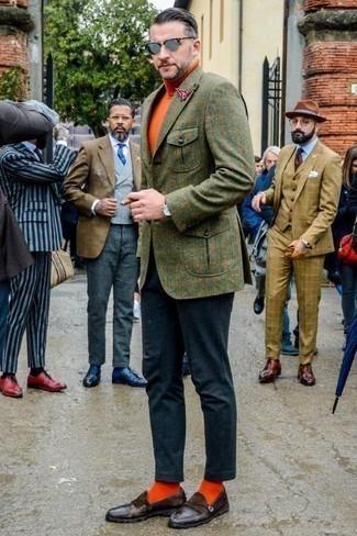 Оранжевые носки: с чем носить и как сочетать мужчине: Оливковый шерстяной пиджак в клетку и оранжевые носки — отличная формула для создания привлекательного и незамысловатого ансамбля. Не прочь сделать лук немного элегантнее? Тогда в качестве обуви к этому образу, стоит выбрать темно-коричневые кожаные лоферы c бахромой.