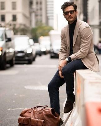 Коричневая кожаная дорожная сумка: с чем носить и как сочетать мужчине: Такое лаконичное и комфортное сочетание базовых вещей, как светло-коричневый пиджак и коричневая кожаная дорожная сумка, нравится джентльменам, которые любят проводить дни активно. Закончив ансамбль темно-коричневыми замшевыми лоферами, ты привнесешь в него нотки строгой классики.