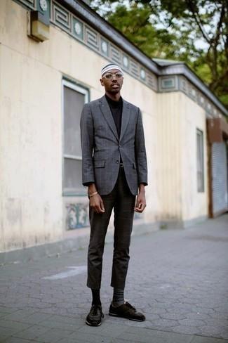 С чем носить серые носки с жаккардовым узором мужчине: Если в одежде ты ценишь комфорт и практичность, серый пиджак в клетку и серые носки с жаккардовым узором — прекрасный вариант для привлекательного повседневного мужского лука. Пара темно-коричневых кроссовок очень органично вписывается в этот образ.