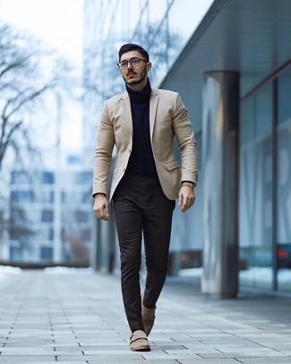 С чем носить темно-коричневые носки мужчине: Если ты делаешь ставку на комфорт и функциональность, бежевый пиджак и темно-коричневые носки — превосходный выбор для привлекательного мужского ансамбля на каждый день. Дополнив образ бежевыми замшевыми монками с двумя ремешками, получим занятный результат.