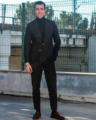 С чем носить темно-коричневые замшевые оксфорды: Темно-синий пиджак в сочетании с черными брюками чинос — интересный вариант для мужчин, работающих в офисе. Закончив лук темно-коричневыми замшевыми оксфордами, получим поразительный результат.