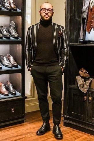 С чем носить черные кожаные ботинки челси мужчине: Если ты принадлежишь к той категории мужчин, которые любят выглядеть модно, тебе придется по душе ансамбль из черно-белого пиджака в вертикальную полоску и темно-зеленых брюк чинос. Любишь эксперименты? Дополни ансамбль черными кожаными ботинками челси.