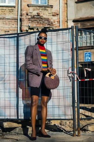 Как и с чем носить: темно-серый пиджак в вертикальную полоску, разноцветная водолазка в горизонтальную полоску, черные велосипедки, черные кожаные туфли