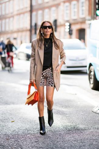Как и с чем носить: светло-коричневый пиджак, черная водолазка, бежевые велосипедки с леопардовым принтом, черные кожаные ботильоны