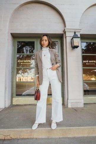 Как и с чем носить: светло-коричневый пиджак, белая водолазка, белые джинсы-клеш, белые кожаные лоферы