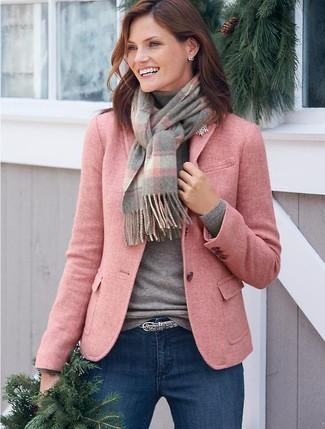Как и с чем носить: розовый шерстяной пиджак, серая водолазка, синие джинсы скинни, серый ремень со змеиным рисунком