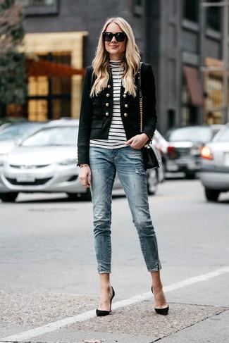 Как и с чем носить: черный пиджак с украшением, бело-черная водолазка в горизонтальную полоску, синие джинсы скинни, черные замшевые туфли
