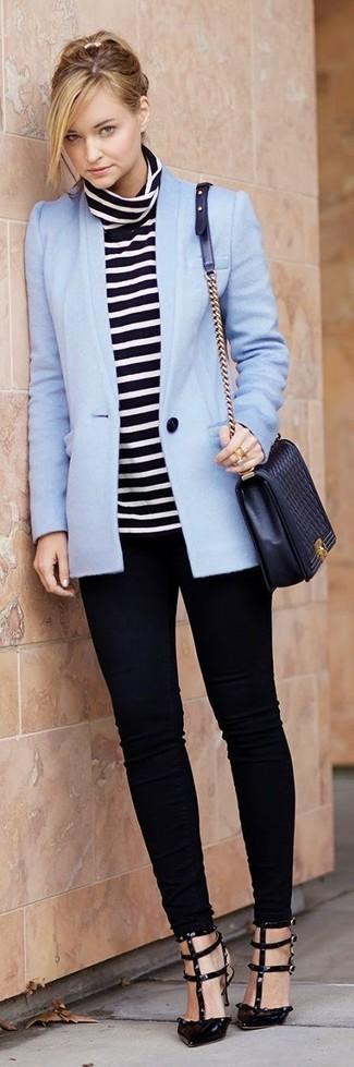 Модные женские луки 2020 фото: В сочетании друг с другом голубой пиджак и черные джинсы скинни смотрятся очень выгодно. В паре с этим нарядом наиболее уместно смотрятся черные кожаные туфли.
