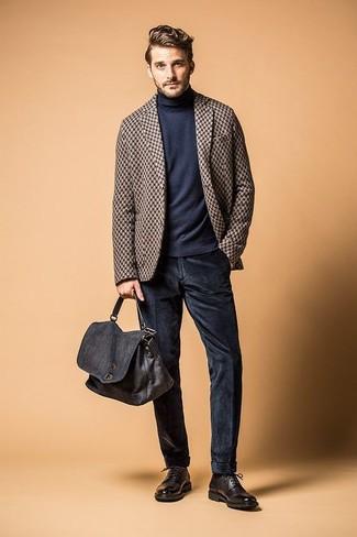 Как и с чем носить: коричневый шерстяной пиджак в клетку, темно-синяя водолазка, темно-синие вельветовые джинсы, черные кожаные туфли дерби