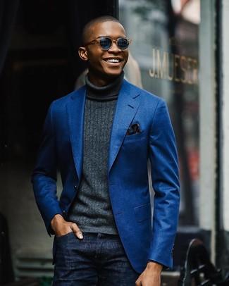 Как и с чем носить: синий хлопковый пиджак, темно-серая водолазка, темно-синие джинсы, темно-синий нагрудный платок с цветочным принтом