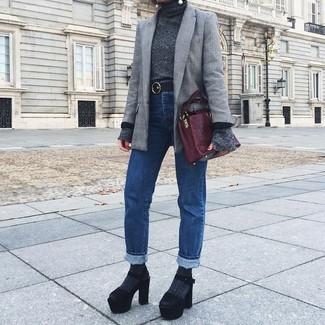Как и с чем носить: серый пиджак в шотландскую клетку, темно-серая водолазка, синие джинсы, черные замшевые массивные босоножки на каблуке