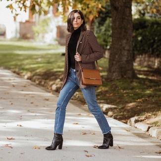 Как и с чем носить: коричневый пиджак с принтом, черная водолазка, синие джинсы, черные кожаные ботильоны