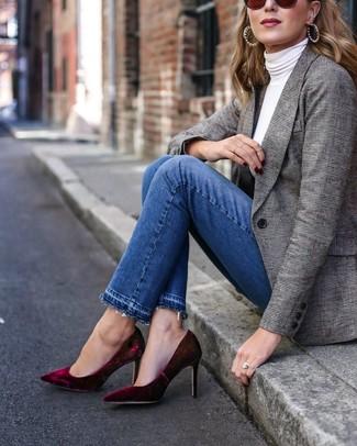 Как и с чем носить: серый пиджак в шотландскую клетку, белая водолазка, синие джинсы, темно-красные бархатные туфли
