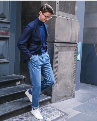 Как и с чем носить: темно-синий пиджак, темно-синяя водолазка, синие джинсы, белые низкие кеды