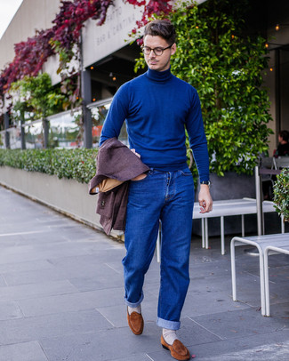 Как и с чем носить: темно-пурпурный шерстяной пиджак, синяя водолазка, синие джинсы, коричневые замшевые лоферы