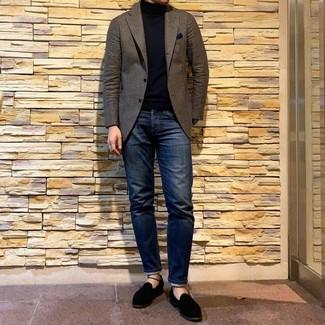 Как и с чем носить: коричневый шерстяной пиджак, черная водолазка, темно-синие джинсы, черные замшевые лоферы